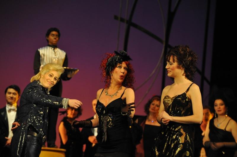 v.l.: Gillian Crichton, Katharina Peters, Arantza Ezenarro,  Chor