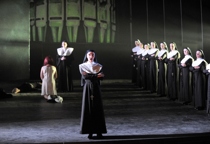 v.l.Oxana Arkaeva, Helena Zubanovich, Claudia Vetter, Damen des Opernchors