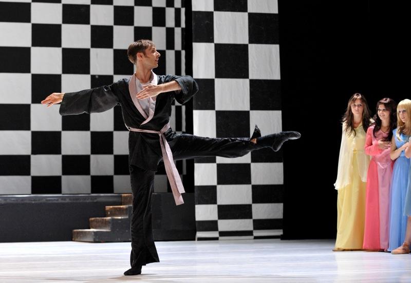 v.l.:Dwayne Holliday, Ballettschülerinnen