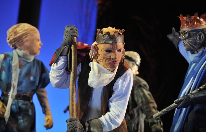 v.l.: Antigone (Tini Prüfert), Ödipus (Christian Taubenheim), Kreon (Wilhelm Schlotterer)