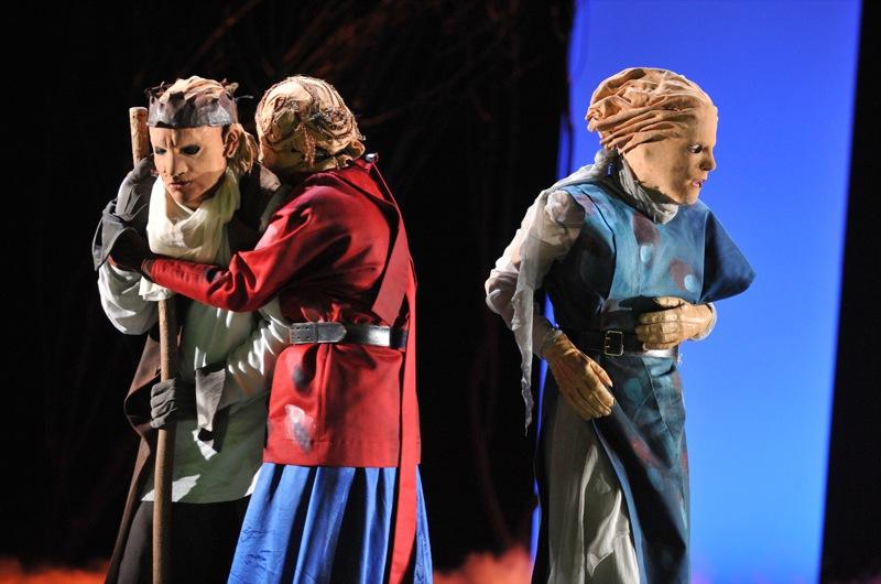 v.l.: Ödipus (Christian Taubenheim), Ismene (Sibylle Schleicher), Antigone (Tini Prüfert)