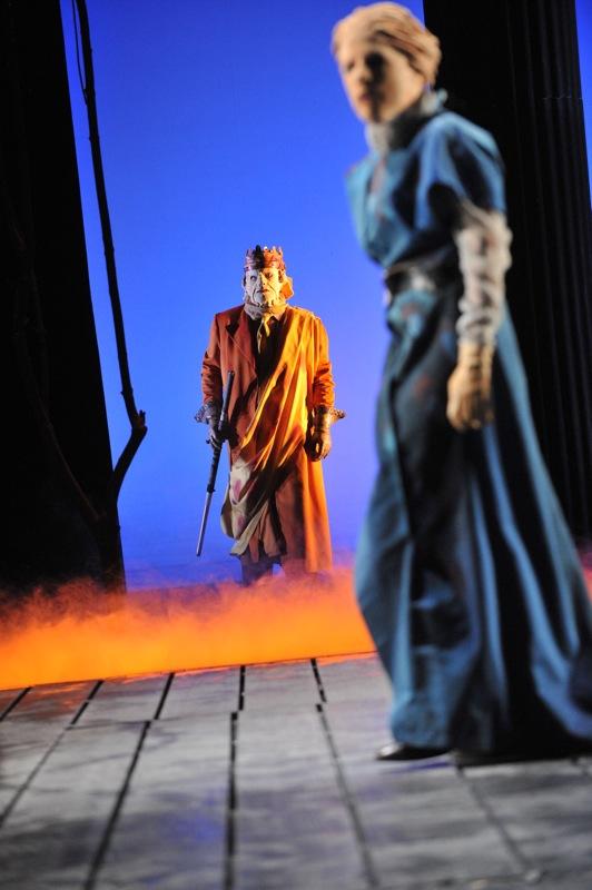 v.l.: Theseus (Thomas Kollhoff), Antigone (Tini Prüfert)