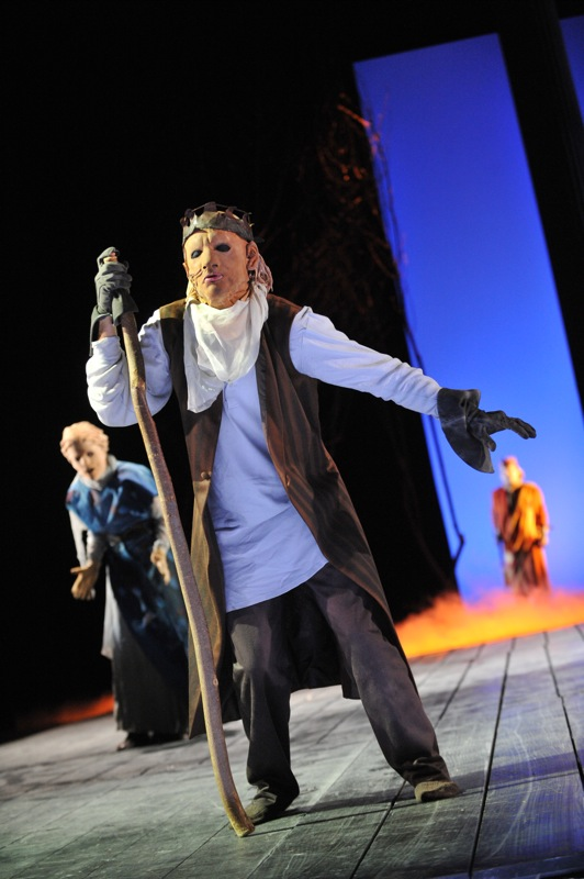 v.l.: Antigone (Tini Prüfert), Ödipus (Christian Taubenheim), Theseus (Thomas Kollhoff)