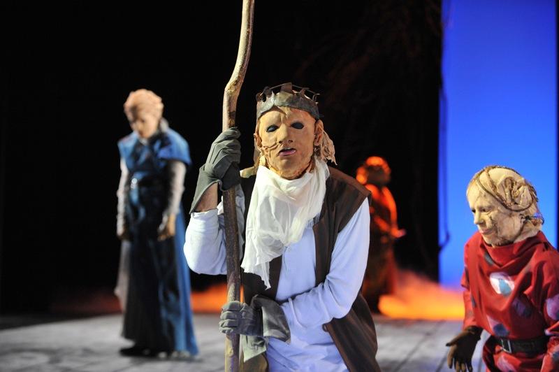 v.l.: Antigone (Tini Prüfert), Ödipus (Christian Taubenheim), Theseus (Thomas Kollhoff), Ismene (Sibylle Schleicher)