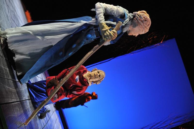 v.l.: Antigone (Tini Prüfert), Ismene (Sibylle Schleicher), Theseus (Thomas Kollhoff)