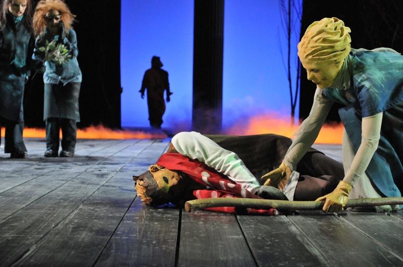 v.l.: Chor (Ulla Willick, Christel Mayr), Theseus (Thomas Kollhoff), Ödipus (Christian Taubenheim), Antigone (Tini Prüfert)