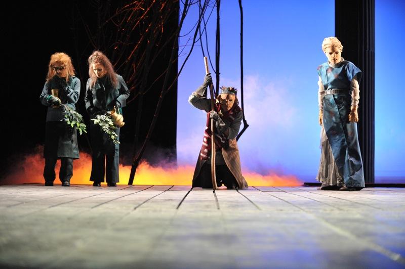 v.l.:Chor (Christel Mayr), Ödipus (Christian Taubenheim), Antigone (Tini Prüfert)