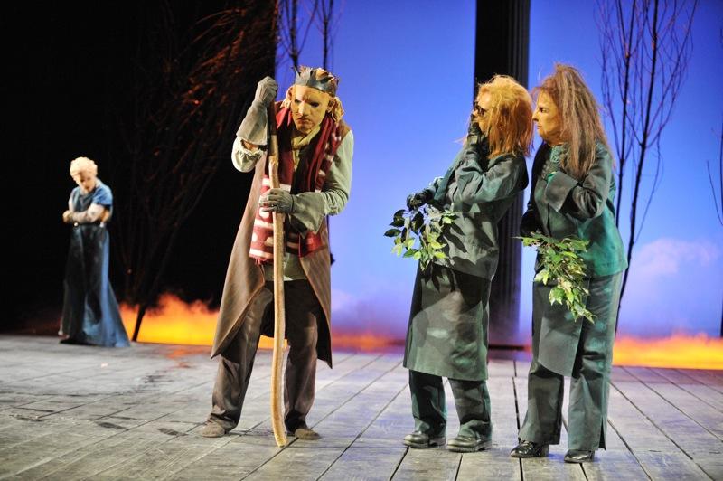 v.l.: Antigone (Tini Prüfert), Ödipus (Christian Taubenheim), Chor (Christel Mayr)