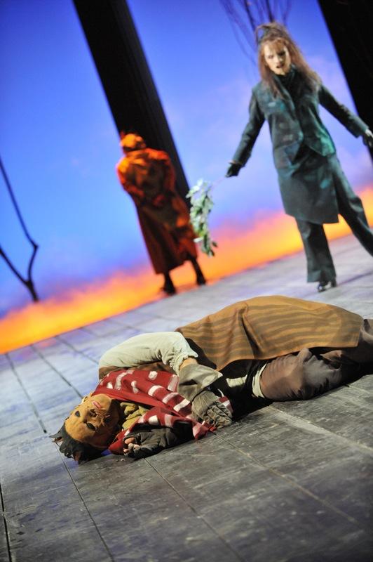 v.l.: Ödipus (Christian Taubenheim), Theseus (Thomas Kollhoff), Chor (Ulla Willick)