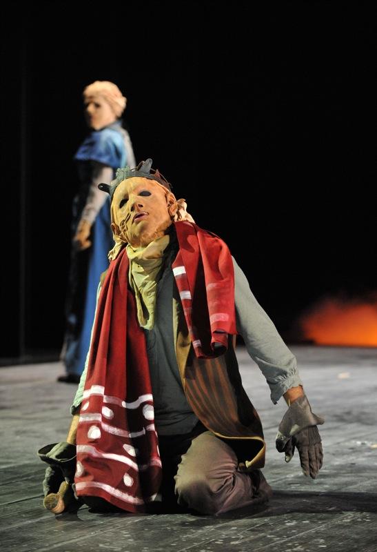 v.l.:Antigone (Tini Prüfert), Ödipus (Christian Taubenheim)